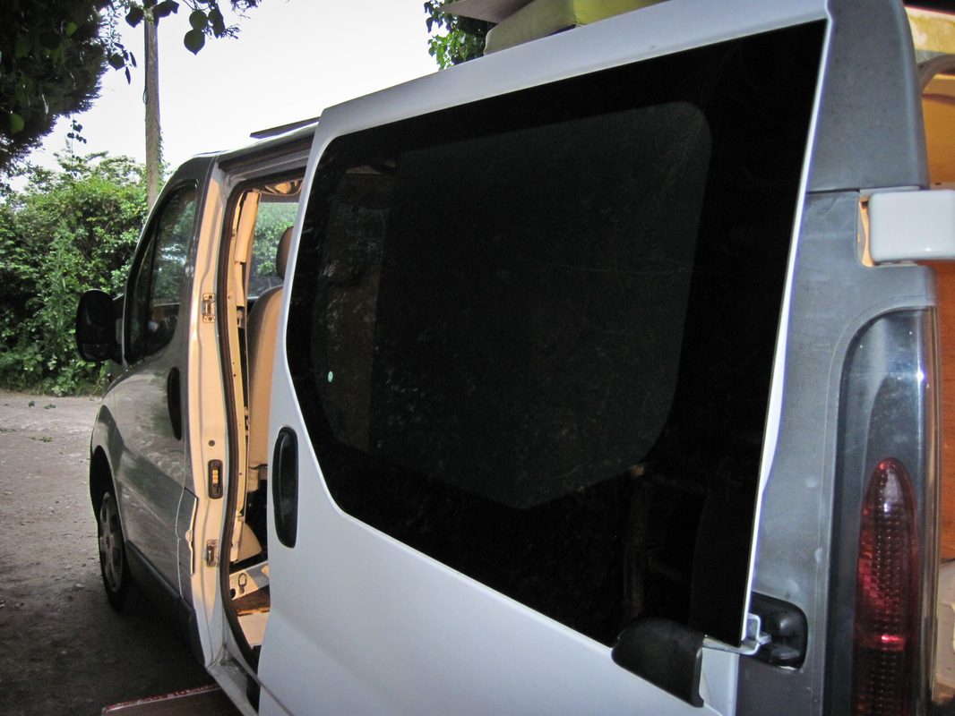 Fitted bonded window on the van