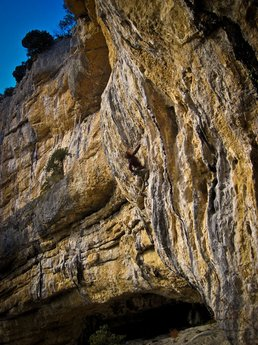 Audrey Seguy climbing at Baume Rousse
